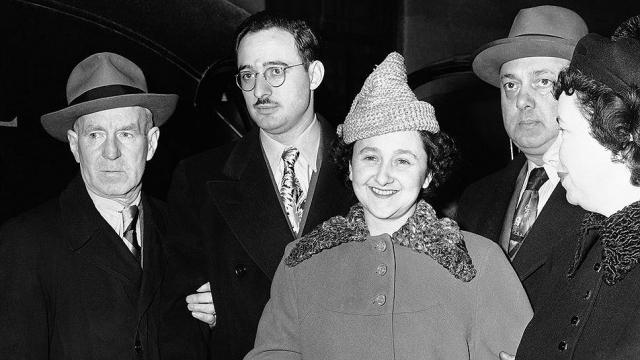 По официальным данным, Розенберг работал на советскую разведку с начала 1940-х годов, завербовав свою жену Этель, ее брата Дэвида Грингласса и его жену Рут. Розенберг и семья постоянно передавали в Москву данные о новейших секретных технологиях в военной промышленности Америки.