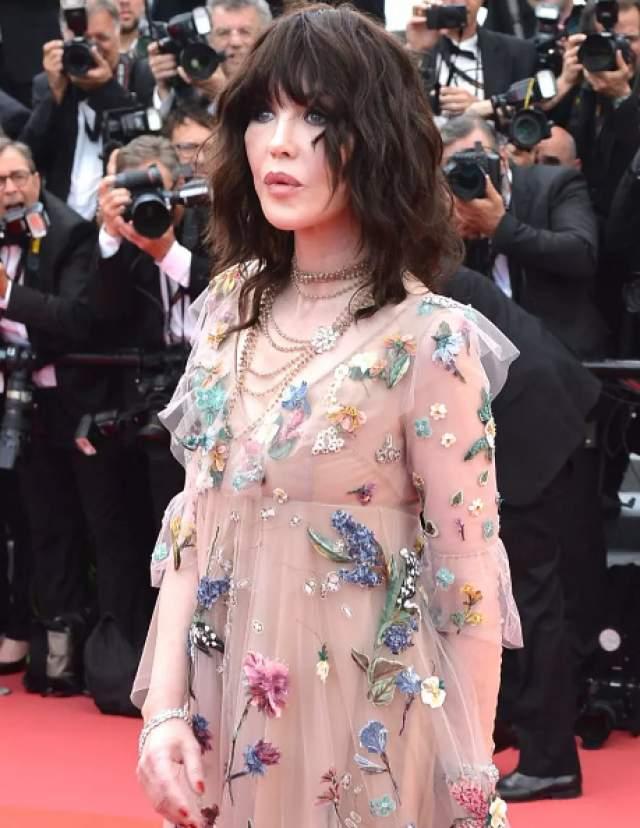 Для вечера француженка выбрала полупрозрачное воздушное платье с цветочным узором от Dior и каменное выражение лица на всех снимках.
