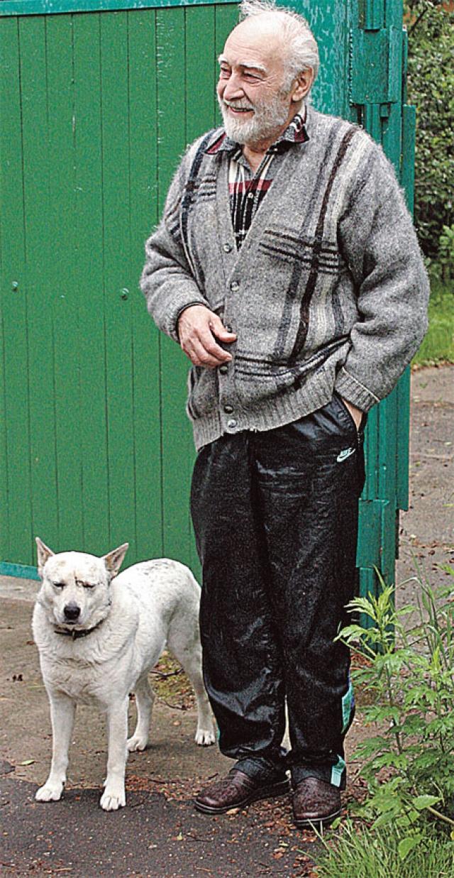 У артиста отказали почки, его пришлось подключить к аппарату гемодиализа, а затем и к аппарату искусственной вентиляции легких. 4 декабря 2009 года в 15:35 по Москве на 82-м году жизни Тихонов скончался.