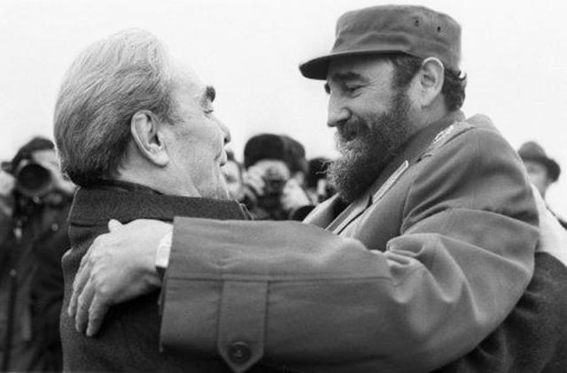 1974 году впервые летевший в СССР Фидель Кастро уже знал о ритуале генсека целовать гостей при встрече, а также знал, что станет посмешищем у себя на родине, если позволит этому произойти. По трапу Фидель Кастро сбежал с огромной дымящейся сигарой в зубах, не позволившей Брежневу опозорить кубинца перед его соотечественниками.