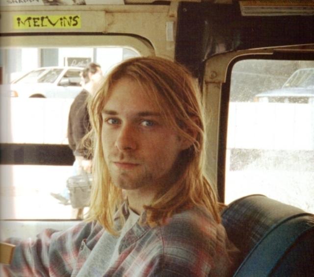 """В самолете его соседом оказался Дафф Маккаган из Guns N' Roses; несмотря на неприязненное отношение Кобейна к этой группе, он, казалось, был рад видеть Даффа. Кобейн вел себя приветливо, но Маккаган позднее признавался, что что-то в его поведении его смутило: """"Инстинкт говорил мне, что что-то было не так""""."""