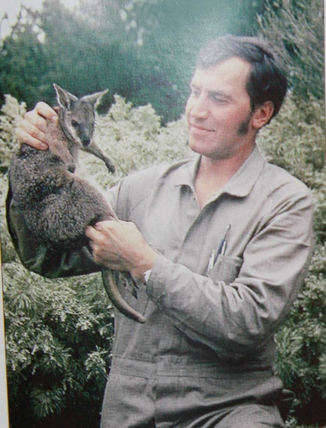 """С 1971 по 1972 годы проходил 10-месячную научную стажировку на факультете зоологии Австралийского национального университета. Объехал многие области Австралии и описал это путешествие в книге """"Полет бумеранга""""."""