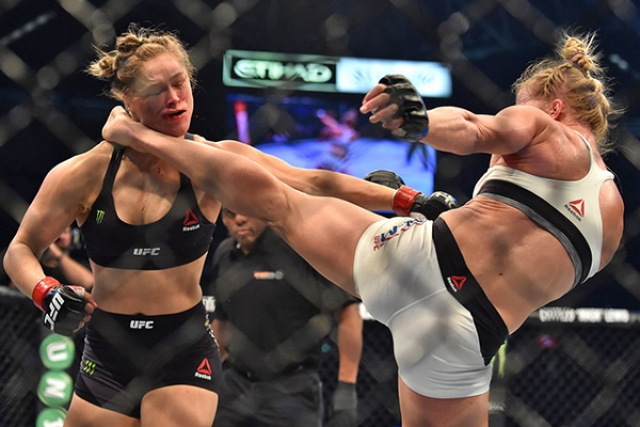 Не знавшая до этого поражений Роузи во втором раунде пропустила точный удар ногой в голову и лишилась титула.