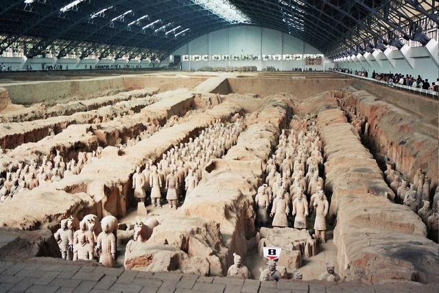 Терракотовая армия. Захоронения по меньшей мере 8099 полноразмерных терракотовых статуй китайских воинов и их лошадей было обнаружено у мавзолея императора Цинь Шихуанди в Сиане.