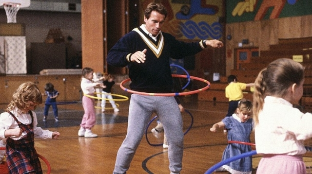 """Любимым фильмом Арнольда стал """"Детсадовский полицейский"""", в котором он играет роль полицейского под прикрытием, вынужденного работать воспитателем в детском саду."""
