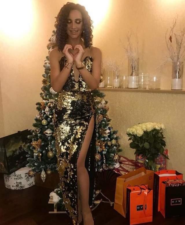 Ольга Бузова поздравила подписчиков с праздником, а заодно похвасталась елочкой с брендовыми подарками.