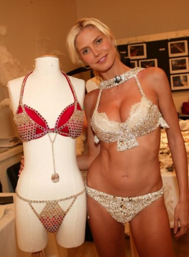 C 1996 года Victoria's Secret каждый год выпускает венец своей коллекции белья — бюстгальтер с драгоценными камнями. С 2001 года гибрид легкой и ювелирной промышленности стали показывать на подиуме в качестве закрывающего показ. На фото - Хайди Клум .