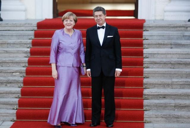 Для встречи в британской королевой фрау выбрала тоже довольно странный для своей фигуры наряд.