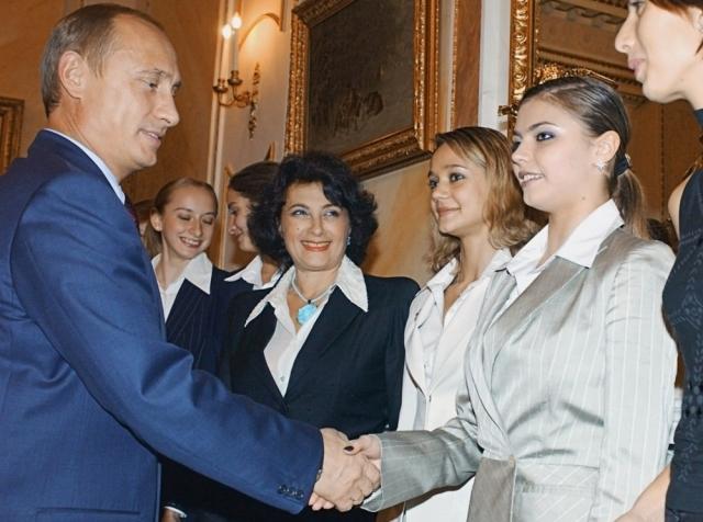 Первая встреча Владимира Путина и 20-летней Алины Кабаевой датируется 2003 годом, когда президент поздравлял сборную по художественной гимнастике с победой на чемпионате мира.