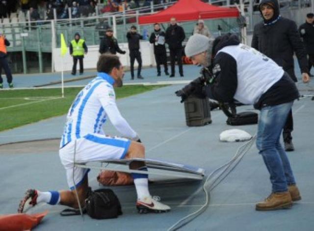Кокко умудрился пробить ногой рекламный щит, расположенный у поля, после чего нога футболиста застряла в поврежденном баннере.