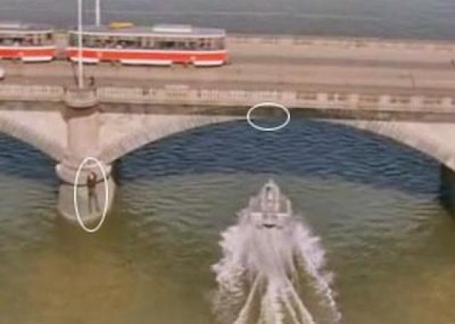 Каскадер не рассчитал, допустив роковую ошибку. Он начал скольжение слишком поздно, не успел проскочить под краем моста, и врезался в него на скорости более 70 км/ч. Он погиб мгновенно. Дубль с его смертью частично вошел в фильм.