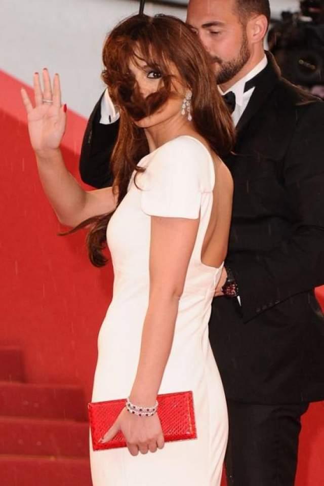 Шерил Коул выглядит очень мило с усиками из волос.