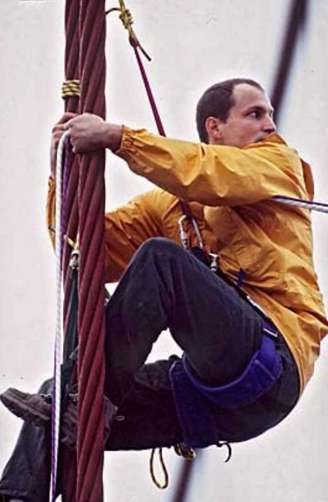 Он был арестован в 1996 году после того как вместе с девять демонстрантами взобрались на мост Золотые Ворота в Сан-Франциско, чтобы потребовать от правительства защитить рощу в 60000 акров красного дерева.