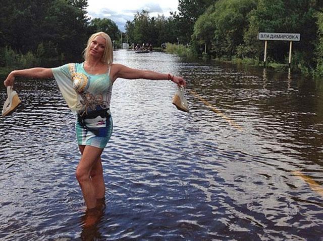 Летом 2013 года в гастрольном графике балерины была и Амурская область, где произошло масштабное наводнение, из-за которого тысячи людей остались бездомными. Волочкова не отменила приезд и провела благотворительный концерт. Однако вновь оказалась в эпицентре скандала.