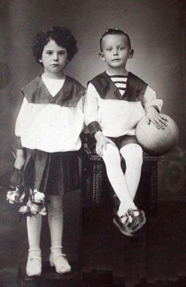 Будущий режиссер появился на свет в поселке Свободный Амурской губернии. Он был одаренным ребенком. Мечтал играть на скрипке, но у родителей не было денег, смастерил собственную скрипку, но она не устроила преподавателей.