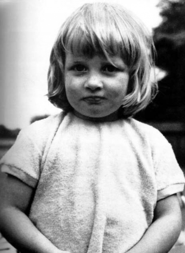 Леди Диана Френсис Спенсер родилась третьей дочерью виконта Элторпсюго, 8-го графа Спенсера, который служил конюшим при короле Георге VI и затем при королеве Елизавете II.