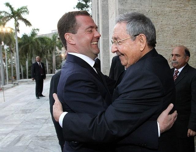 Премьер-министр РФ Дмитрий Медведев и председатель Госсовета и Совета министров Кубы Рауль Кастро.