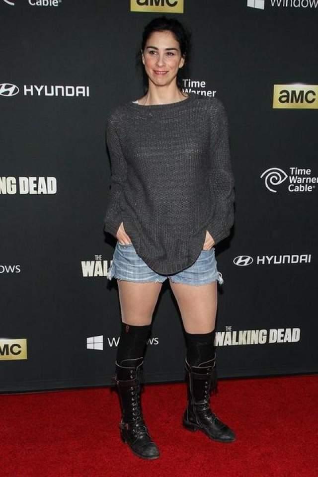 """Для участия в премьере четвертого сезона телесериала """"Ходячие мертвецы"""" комедийная актриса Сара Сильверман предпочла повседневный образ."""