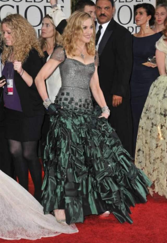 Певица случайно наступила на шлейф платья Бил, которая рисковала остаться без юбки.