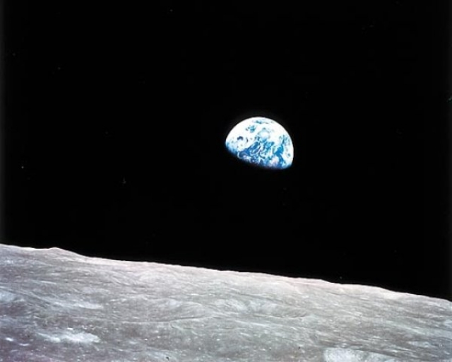 """Первое фото Земли с поверхности Луны, сделанное в рамках миссии """"Аполлон-8""""."""