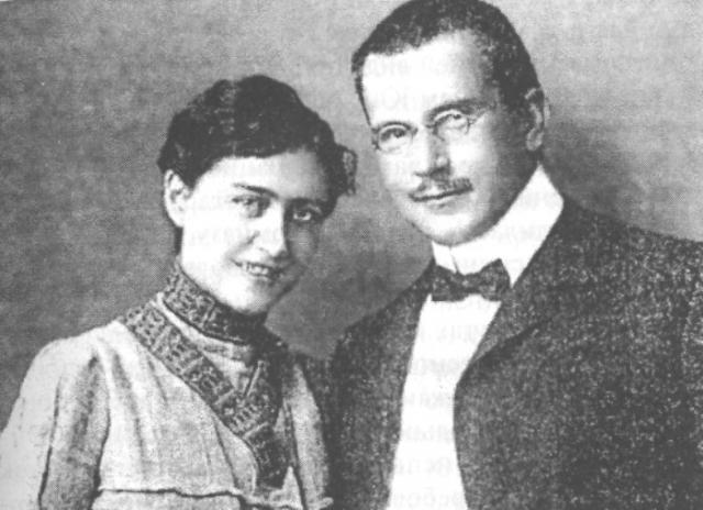 Карл Густав Юнг. Великий психоаналитик был женат только один раз и прожил со своей законной супругой больше пятидесяти лет. Эмма Раушенбах подарила мужу четырех дочерей и сына.
