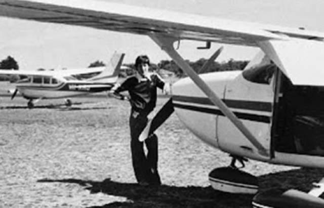 """Исчезновение Фредерика Валентича В 1978 году пилот """"Cessna 182L"""" (американский легкий самолет общего назначения) Фредерик Валентич, направляясь к острову Кинг (Австралия), сообщил диспетчерам о том, что его преследует неопознанный летающий объект."""