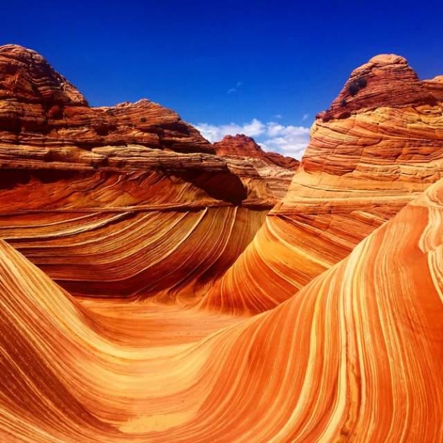 Каменные волны. На границе между штатами Аризона и Юта есть уникальные горные образования. Они формировались на протяжении миллионов лет из песчаных дюн, постепенно превращаясь в более твердые породы.