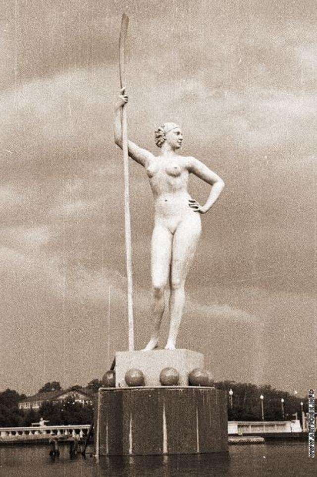 И. Д. Шадр изваял девушку обнаженной и анатомически точной. В связи с этим первоначальный вариант статуи простоял в Парке культуры недолго.