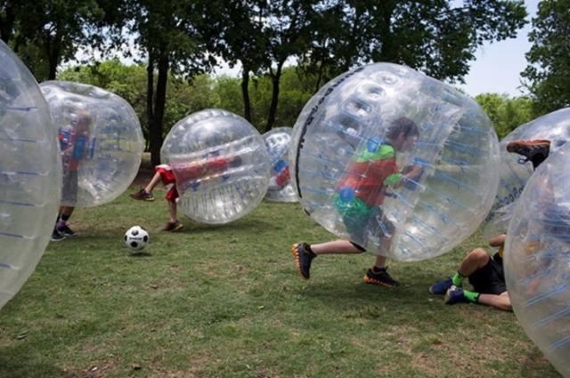 Футбол в пузырях. Все игроки надевают на себя большие прозрачные надувные шары и играют в футбол. И все.