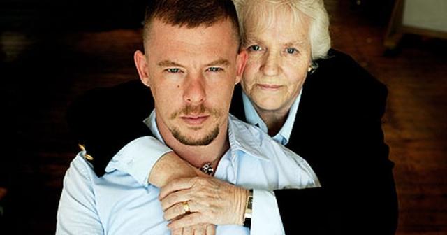 2 февраля умерла мать МакКуина Джойс, что стало причиной депрессии Александра.