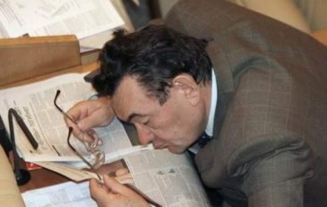 Депутат Госдумы читает очень интересную газету перед началом заседания, 2006 год