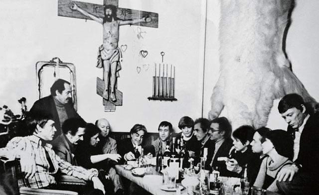 А это Высоцкий на застолье в мастерской Бориса Мессерера.