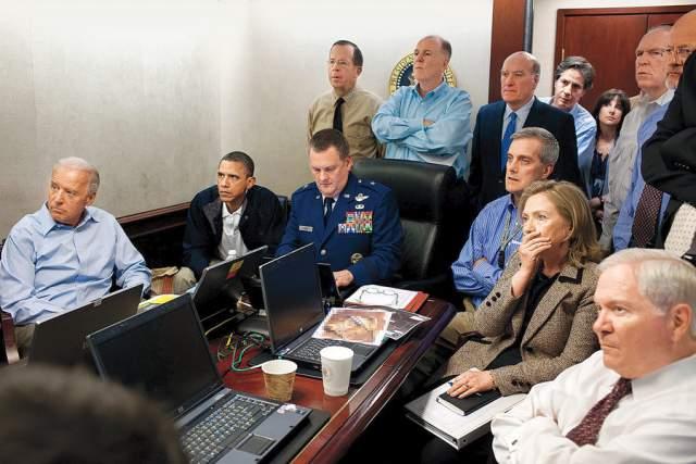 Оперативная комната, Пит Соуза, 2011. Президент США Барак Обама вместе с верхушкой руководства страны наблюдают за операцией по захвату Усамы бен Ладена, в ходе которой террорист был убит.