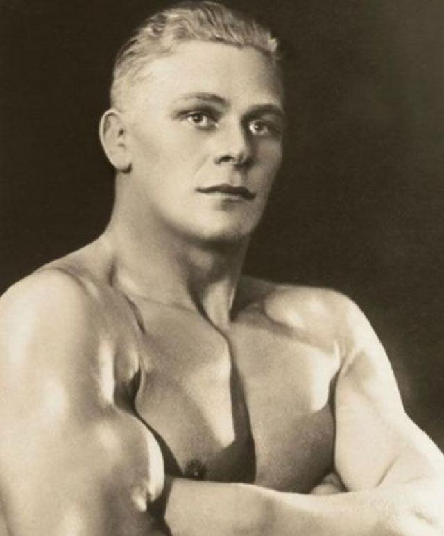 По одной из версий, прототипом солдата стал эстонский борец, олимпийский чемпион Кристьян Палусалу , который во время войны сдался в плен финнам.