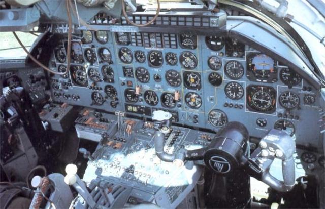Экипаж начал бороться за жизнь самолета, но события развивались катастрофически. Вскоре двигатель загорелся, а затем взорвался вместе с топливным баком. Три члена экипажа были не в состоянии покинуть самолет из-за громадных перегрузок, и командир произвел принудительное катапультирование.