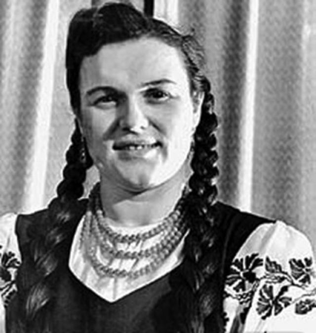 Творческая биография началась в 1947 году с участия во Всероссийском конкурсе молодых исполнителей, после которого ее приняли в Государственный академический русский народный хор им. М. Е. Пятницкого.