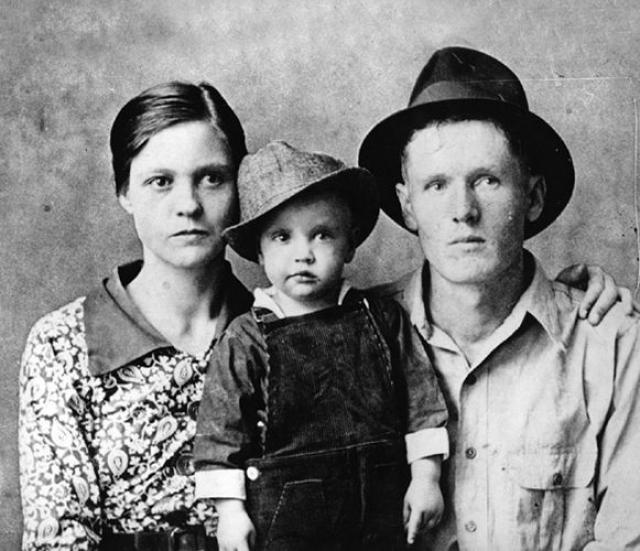 Родители Элвиса Пресли. Еще один музыкальный король родился в семье Вернона и Глэдис Пресли. Близнец Элвиса Джесс Гарон умер вскоре после рождения.