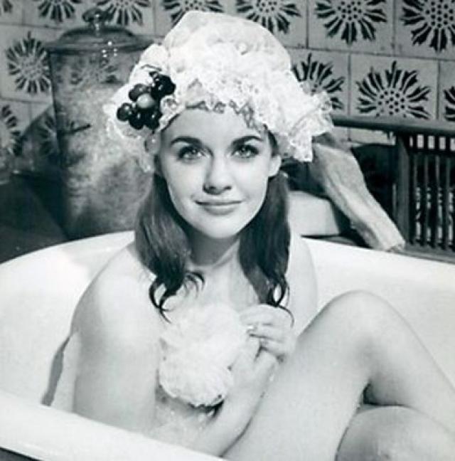 Еще одну героиню сыграла английская актриса Анджела Скаулар.