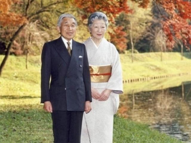 Император Японии Акихито. Монарх пошел вразрез с вековыми устоями и женился не на аристократке по имени Митико.