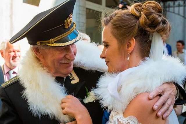 А это, пожалуй, один из самых нашумевших неравных браков последних лет. Актер театра и кино Иван Краско осенью 2015 года женился на своей студентке Наталье Шевель.