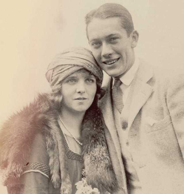"""В сентябре 1920 года Томас и Пикфорд поехали в Париж, чтобы отметить второй медовый месяц. По возвращении с очередной вечеринки Олив в своем номере отеля """"Ритц"""" выпила бутылку жидкого бихлорида ртути - токсичного препарата, который принимал ее мужу для лечения его хронического сифилиса."""