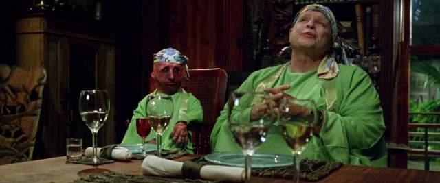 Кроме этого, он потребовал, чтобы во всех сценах с его участием был задействован актер-карлик Нельсон де ла Роса, с которым Брандо подружился во время съемок.