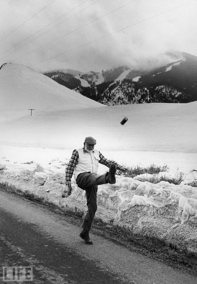 Лев зимой (Lion in Winter, John Bryson, 1959). Хемингуэй неподалеку от своего дома в Кетчуме.
