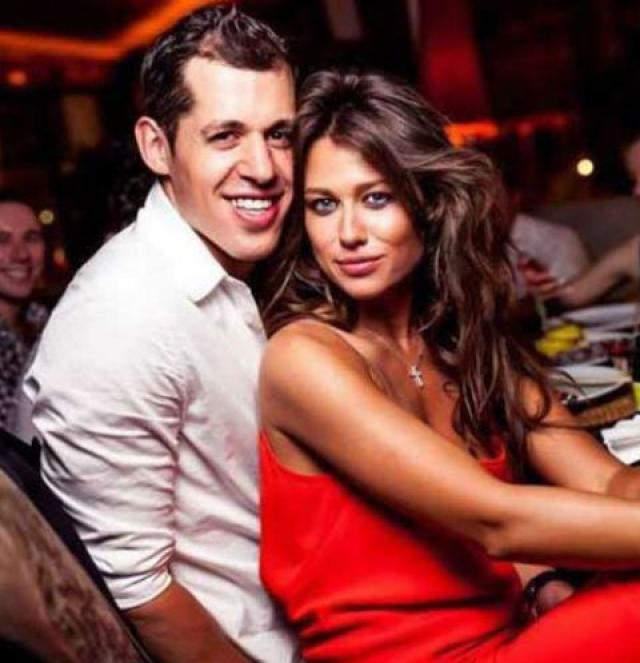 Евгений Малкин и Анна Кастерова. В начале лета стало известно, что спортсмен и телеведущая официально оформили отношения в одном из американских загсов.