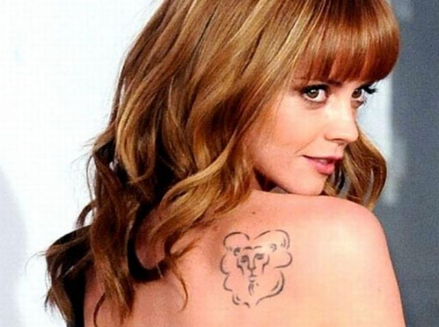 Кристина Ричи. У актрисы на лопатке вот такой странноватый лев.