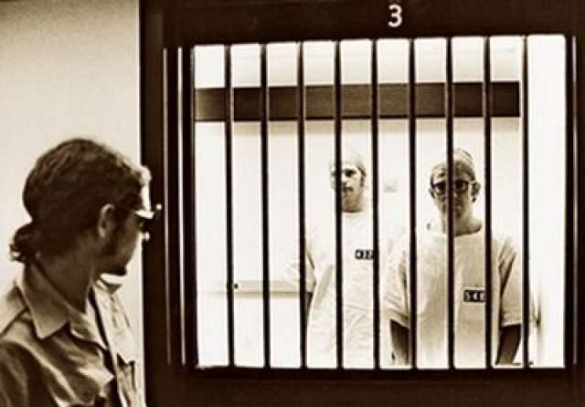 Стэнфордский тюремный эксперимент Один из самых знаменитых психологический экспериментов в кругах обывателей. Он был проведен в 1971-м году американским психологом Филиппом Зимбардо и представлял собой исследования реакции человека на ограничение свободы, в условиях тюремной жизни, а также влияние социальной роли на человека.