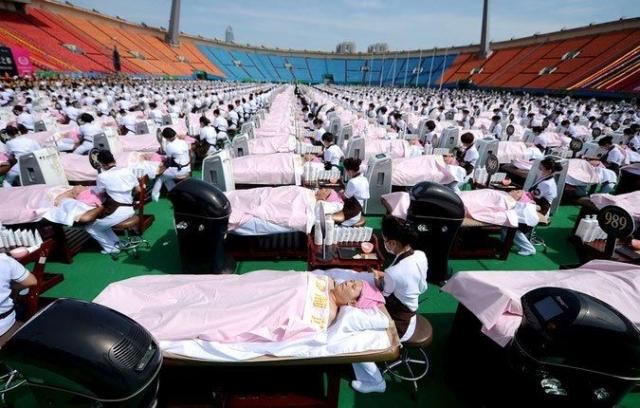4 мая 2015 года на стадионе города Цзинань, Китай, 1000 клиентам одновременно был выполнен 30-минутный массаж лица.