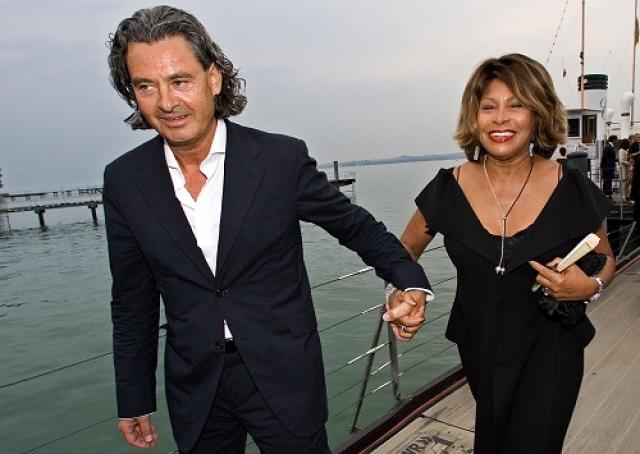 С апреля 2013 Тина Тернер является гражданкой Швейцарии, где она проживает вместе со своим мужем, немецким музыкальным продюсером Эрвином Бахом. При получении гражданства европейской страны певица подписала соглашение об отказе от гражданства США