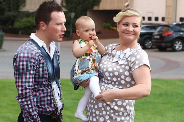 Светлана Пермякова . В 2012 году 40-летняя КВНщица родила дочь от своего концертного директора Максима Скрябина, которому было тогда 20 лет.