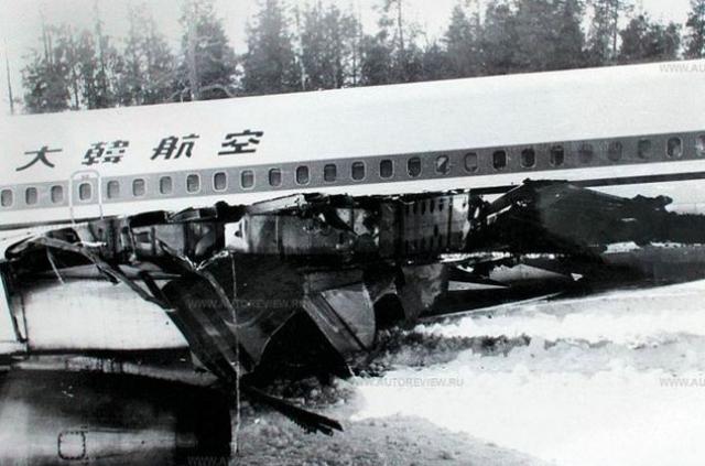 """В результате обстрела один пассажир погиб, второй скончался по дороге в больницу. Тринадцать человек получили несмертельные ранения. Пассажиры были эвакуированы вертолетами в г. Кемь и через два дня отправлены на самолете американской компании """"PanAm"""" в г. Хельсинки (Финляндия)."""